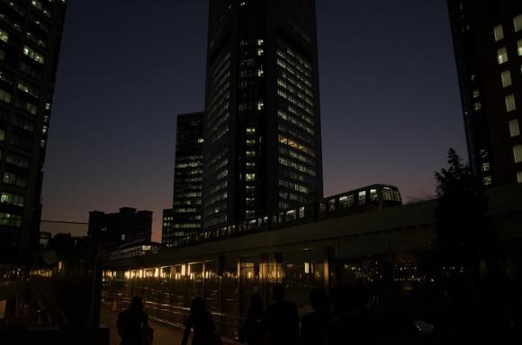 ゆりかもめ汐留・夜